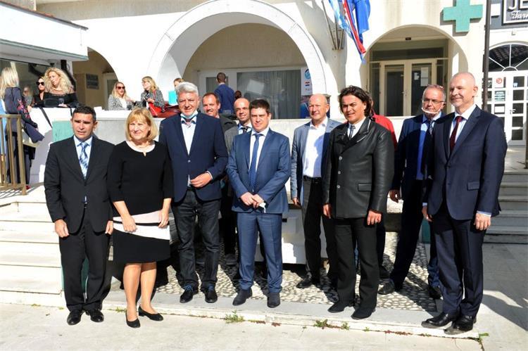 Potpisivanju ugovora prisustvovali su ministar Oleg Butković, župan Zlatko Komadina i načelnik Općine Baška Toni Juranić