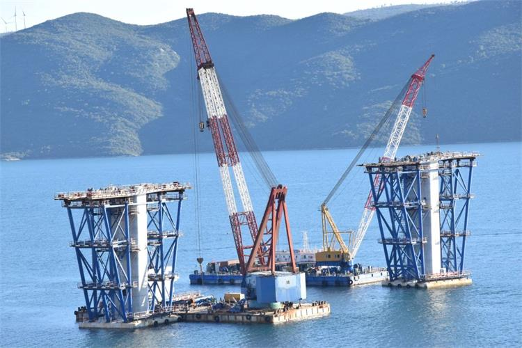 U radovima okrupnjavanja čelične konstrukcije i betoniranja središnjeg pilona koristi se teška mehanizacija
