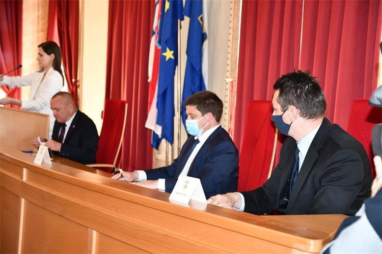 Ministar Butković potpisao ugovore za projekt izgradnje podvožnjaka u Osijeku i nabavu 13 novih gradskih autobusa